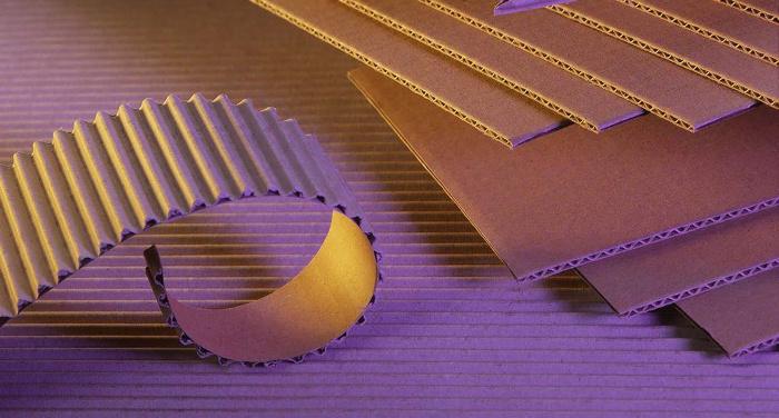 Vlnitá lepenka: klíčový obalový materiál, na který nám chybějí suroviny