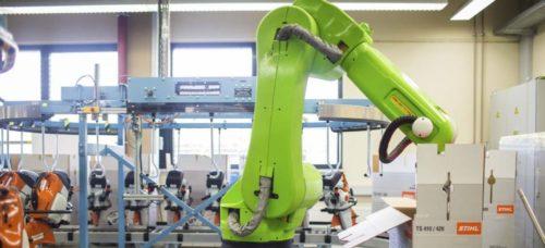 Robot osvobodil zaměstnance od zvedání těžkých břemen