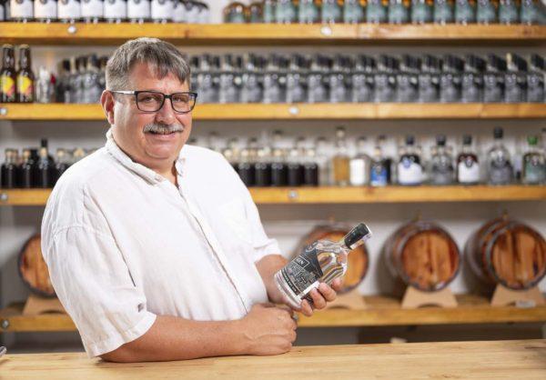 Autentičnost řemeslné výroby ginu se odráží i v designu lahvi