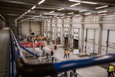 Skupina Coca-Cola HBC slavnostně otevřela v Praze plně automatizovaný sklad za téměř 500 miliónů korun